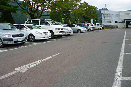 ふつうの役所の駐車場
