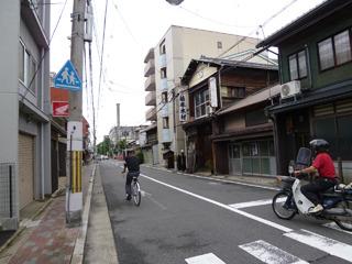 ところどころ古い家がある京都らしい街並み。