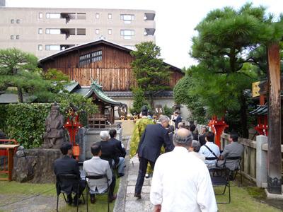 先の名刺塚前で儀式が行われます。