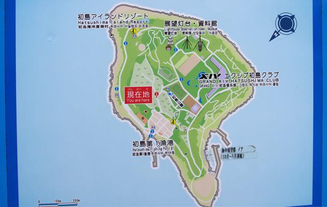 島の半分以上はリゾート化されている。中央にVマークの畑、漁港の周辺には民家。