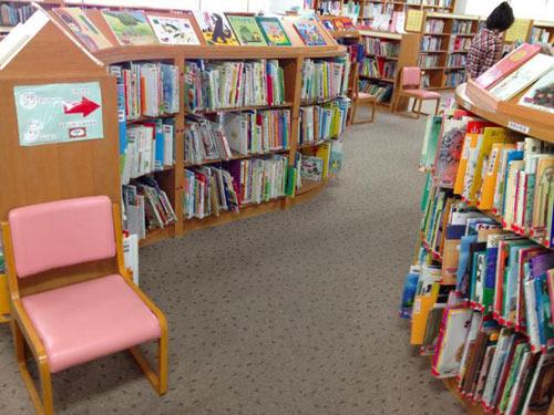 児童書コーナーを探すとうんこの本がやたらある