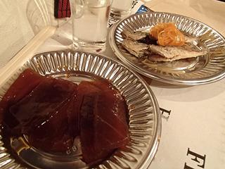 料理は漬けマグロと豆鯵の南蛮漬けを注文。日本酒に合う!