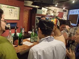 日本酒注文スペースも大混雑。こちらの店も普段は座席があるが立ち飲みスタイル。