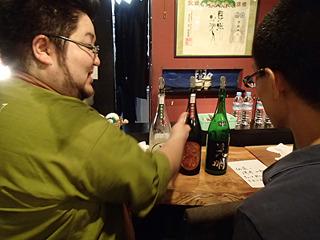 蔵の方と色々日本酒談議。分からない方には親切にオススメを説明してくれます。
