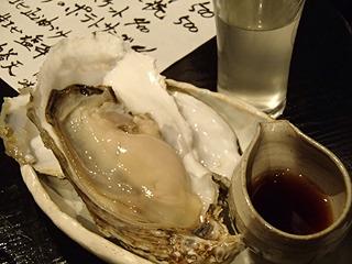 生ガキと日本酒。最高の組み合わせだ。