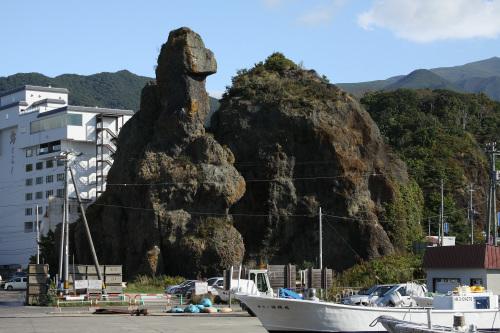 ウトロ界隈には奇岩も多い(これはゴジラ岩)