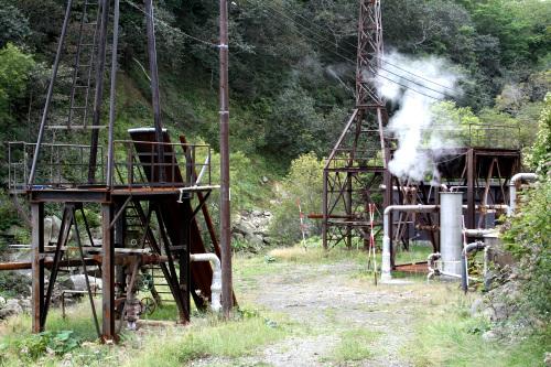 道路を上って行くと温泉採掘の施設が現れる
