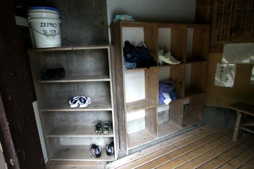 いちおう、靴箱と脱衣所はある