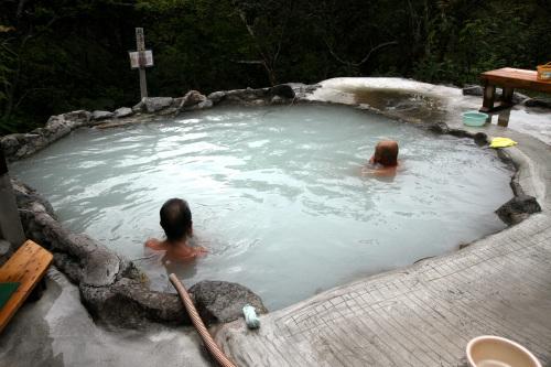 眺めの良い露天風呂。湯船の向こうは谷である