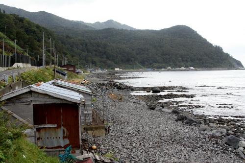 羅臼から相泊に続く道路。コンブの漁場が連なっている