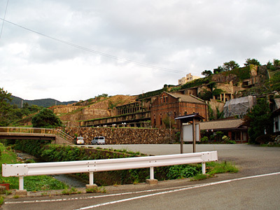 明治期の火力発電所跡、昭和初期の浮遊選鉱場跡などがある。