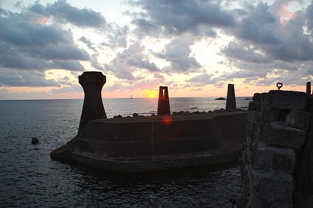 島の西側にあるので、海に夕日が沈んでいく。