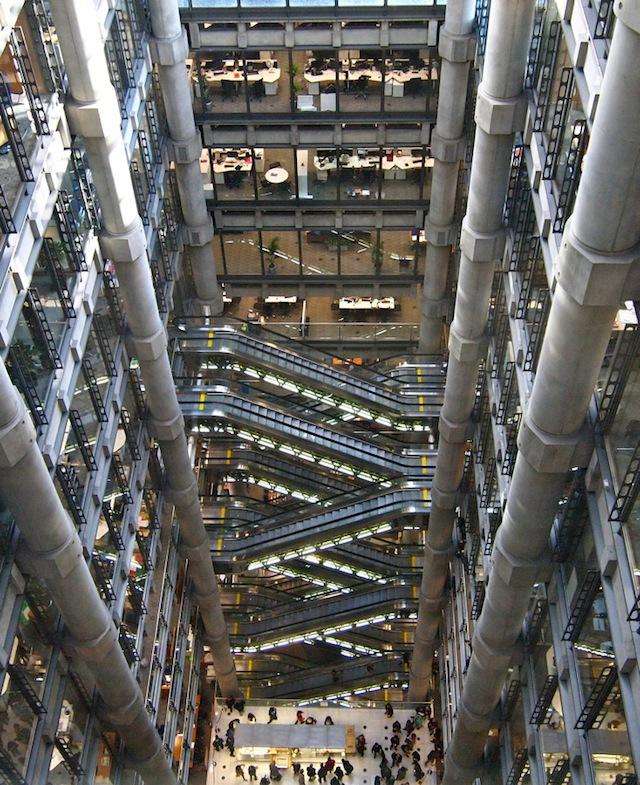 地下2階から地上6階まで、吹き抜けの大空間に4基並列で、しかもシースルーで、しかも中身が光ってるやつがあわせて14基。あわわわわ。