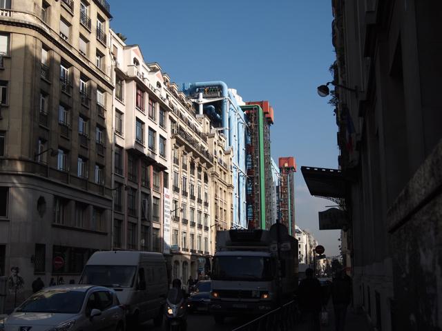 歴史あるパリの街並みに突如としてあらわれる