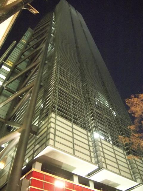 実現したものでは、私のオススメは、汐留日本テレビ。リチャードが基本構想を手がけている。言われてみれば確かに、外側に3基並んだエレベーターや、パイプの構造物がむき出しの無機質な外観がそれっぽい。