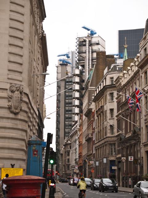 さらにちょっと遠くからもう1枚いっとこう。この、ロンドンの伝統的な街並にぬるっと姿を現す異物感がすごい。