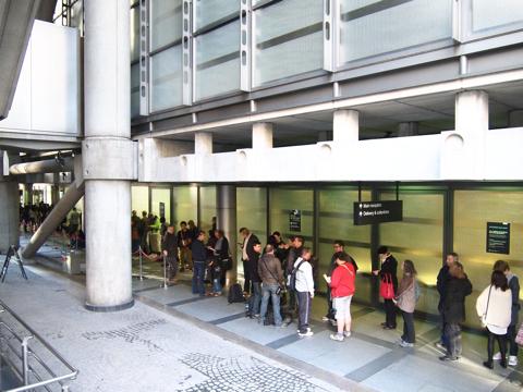 わくわくと待つ皆さん。ロイズも人気のあるほうだが、他にも優に5時間待ちといった施設もあり、どこもにこにこと高いテンションを維持していた。建築ファンってすごい。