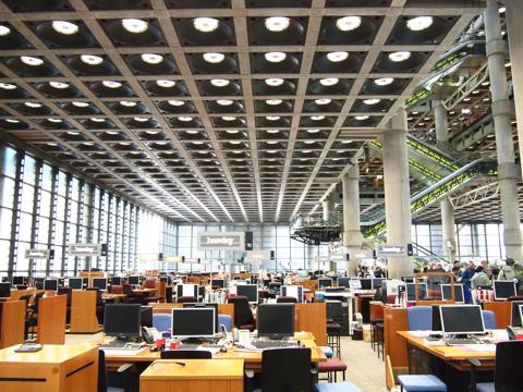 ロビーを取り囲む事務スペースは図書館のよう。ITの時代も対面取引をモットーとしているロイズ、セキュリティでがちがちにかためたりしていないのが印象深い。エスカレーター眺めながら仕事できるのが羨ましい。