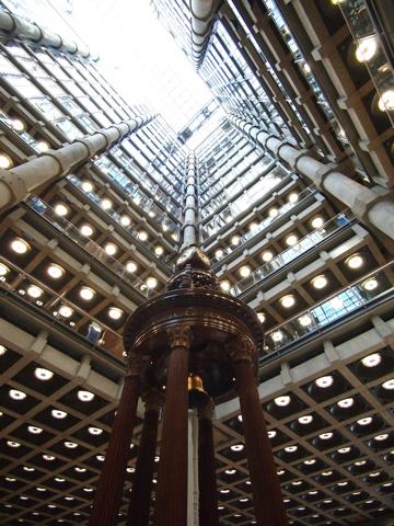中央の大きな鐘は、過去、大きな海難事故が発生した際に鳴らされたもの。タイタニック号の事件のときも鳴ったらしい。
