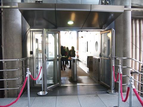 出口と思っていたところに向かってみたら案の定、エレベーターロビーに案内された。