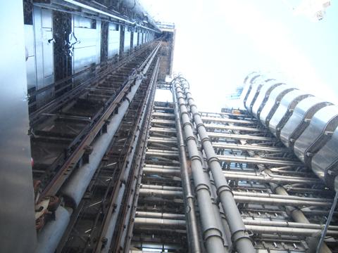 ガラス張りのエレベーターの上を見上げるとこんな感じ。このスケスケのエレベーターでついに上にのぼります!