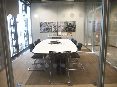 テレビ会議システムのコードのもたつきに親近感を覚えるふつうの会議室もある
