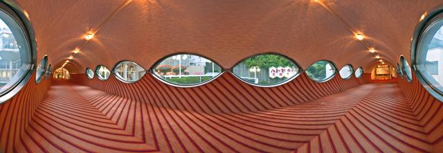 渡り廊下のまんなからへんで左右を見渡したところ窓の形が未来だ。(大きな画像はこちら</a>)