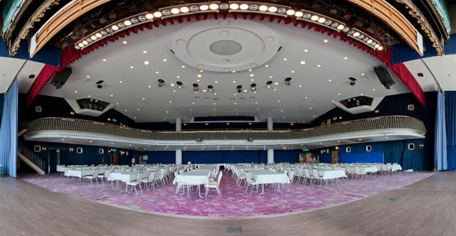 「シアター」という名の大宴会場。舞台から見たところ。ここでイベントやりたい。(大きな画像はこちら</a>)
