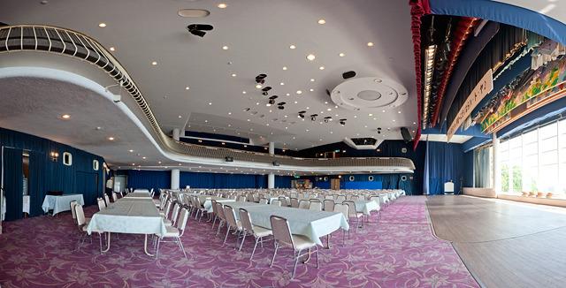 1階席と2階席とがある。そして天井の円い部分は、なんとゴンドラ!乗りたい!(大きな画像はこちら</a>)
