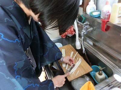 シェフ丸山、麺を鋭意制作中。