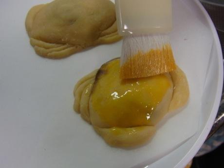 卵黄を塗る。スベ感のポイントなので懇切丁寧に。