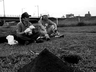 「穴を掘る」(2003年8月)