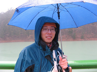 買った翌日にビデオカメラをダムに落とす。「ダム湖に沈んだビデオカメラを見に行く」。(2008年1月)