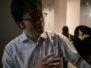 呼び出した西村さんに警備服をわたす