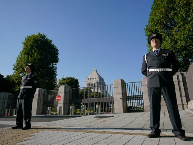 日本の未来は野良が守る。別の門で警備が手薄になるとでかい態度に。