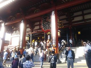 こちら浅草寺本堂。の右手にある…