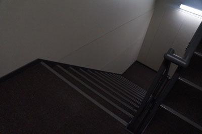 というわけで、普通のビルの普通の非常階段にやってきた