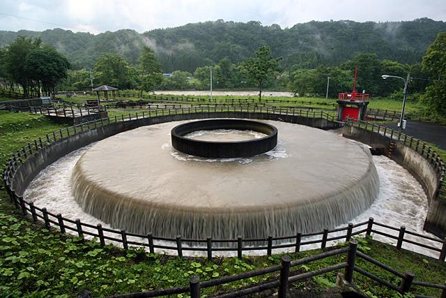下流には取水堰や円筒分水もあり、ここから農業用水路が張り巡らされている