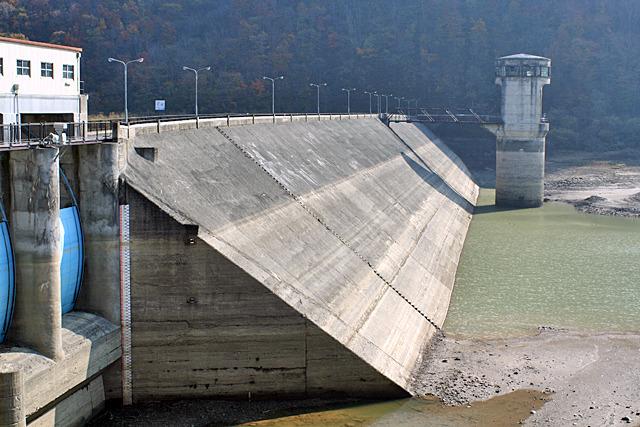 水が漏れないように貯水池側にコンクリートを貼る