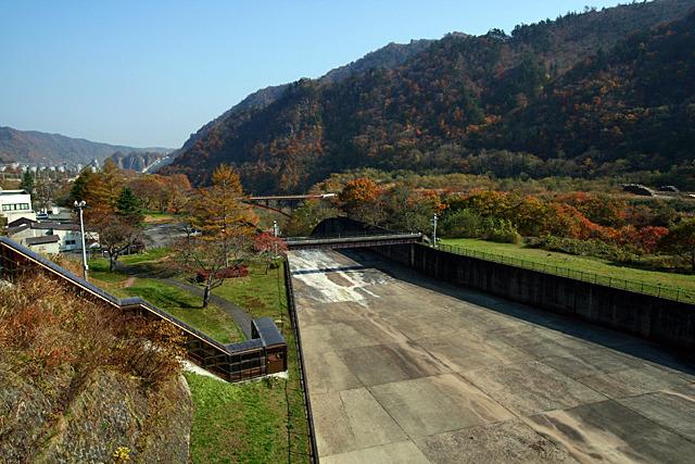 以前は緑に覆われていたダム周辺の山も