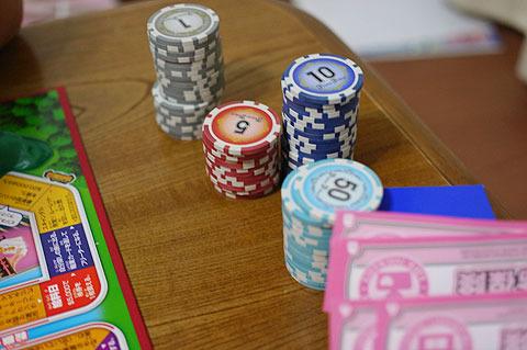 薄いぺらぺらの札を数えるのは苦痛だったが、厚みのあるポーカーチップを使うことで劇的に改善。