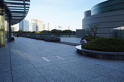 ビルの2階、商業フロアにある庭園