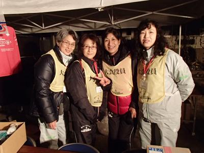 今回の大会の現地事務局の代表、酒井冨美さん(右から2番目)。パワフルなお母さんです。