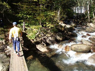 この大会では国立公園内を通過します。この部分は通常登山者と同じように歩いて進むことが大会ルールになっています。