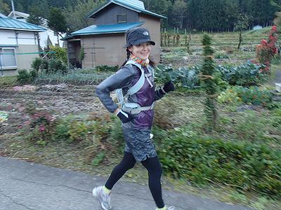 スタートから10km過ぎを快調に走る土生さん。昨年は15時間以上かけてゴール出来たのですが、今回は残念ながら60km付近で足の故障の為リタイア。