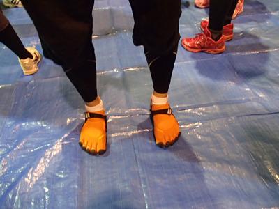 こちらがビブラムファイブフィンガーズ。以前こちらの記事でも紹介したものです。走るにはそれなりの技術とトレーニングが必要です。