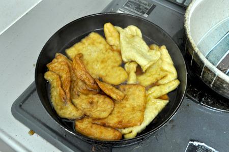出来た油揚げを油抜きした上であまーい出汁で煮含める。