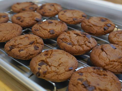 チョコチップクッキーは袋から出してバットに並べると手作りっぽく見える、というコネタを発見。