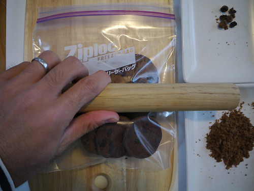 クッキーをジップロックに入れて砕く。
