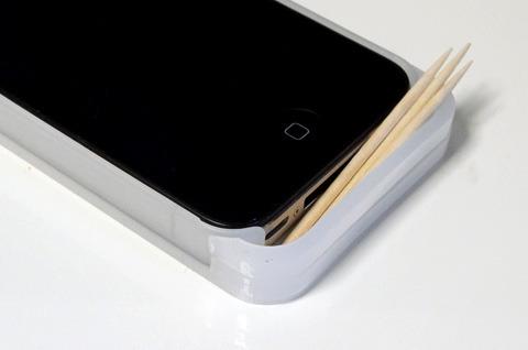 隙間にはつまようじだって入れられる。そう、iPhone5みたいな4のケースならね
